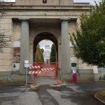 Al Monumentale chiuso l'accesso dall'Arco della Quinta Ampliazione. Aperto l'ingresso da via Varano 35 e quelli pedonali in Terza Ampliazione