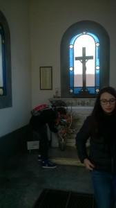Due studenti dell'Istituto V.Bosso e A.Monti omaggiano la tomba di frate Cipolla