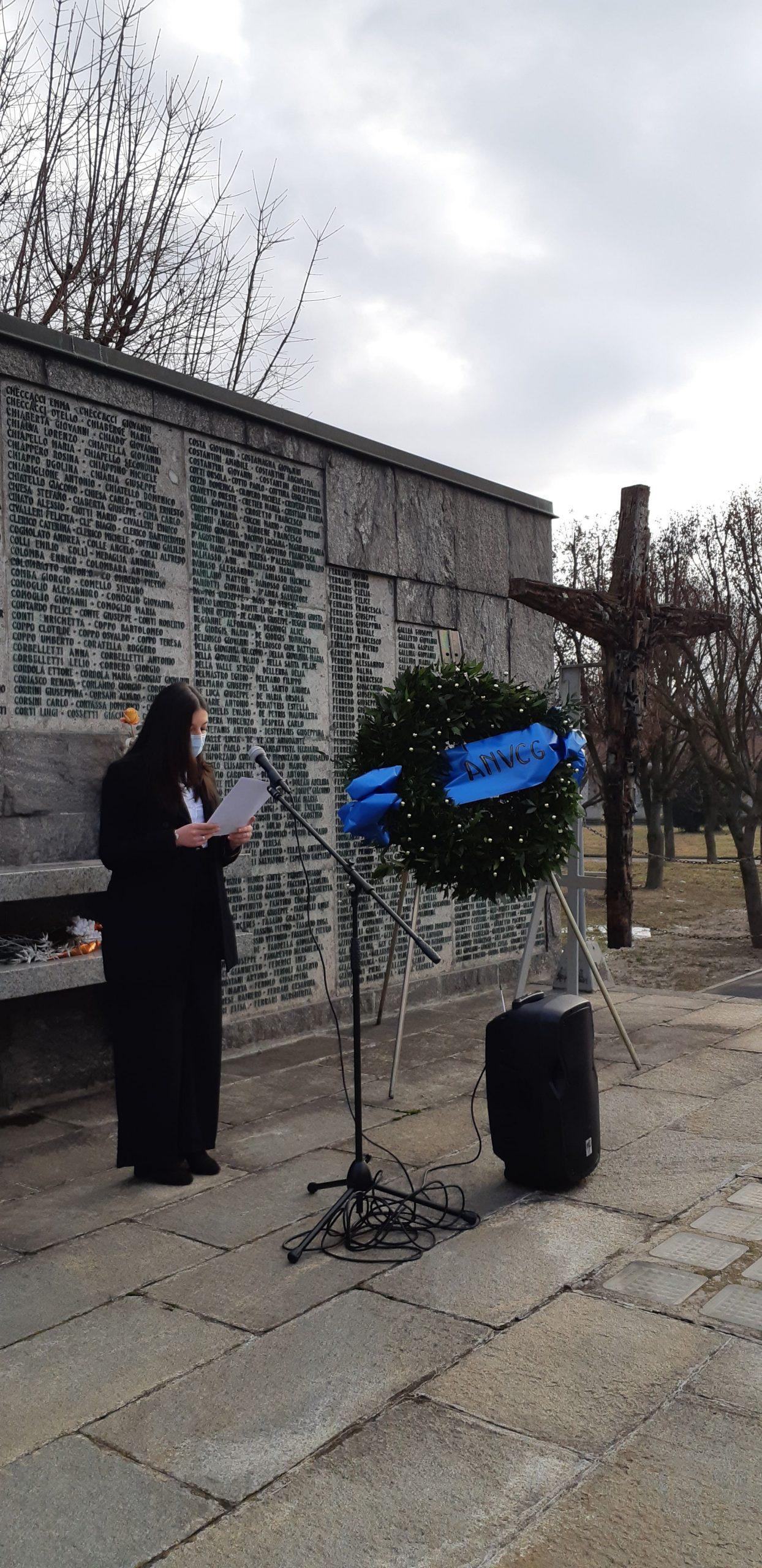 Giulia Buttacavoli del'ANVCG legge la poesia di Nino Costa dedicata alle vittime dei bombardamenti La Complènta (Canto di compianto)