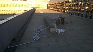 Sedie e scale buttate a terra dal vento