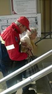 Volontario aiuta signora